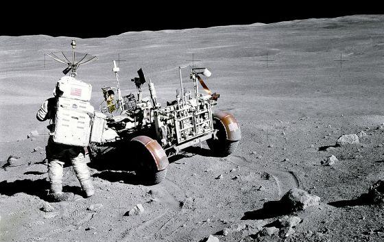 Charles Duke pasea sobre la Luna el 22 de abril de 1972 (NASA)