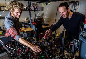 Bas Hensen, a la izquierda, y Ronald Hanson contribuyeron a demostrar que los objetos separados pueden influirse instantáneamente.