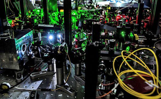 Una parte del laboratorio instalado para el experimento de la Universidad Técnica de Delft, donde dos diamantes situados a 1,3 kilómetros de distancia se entrelazaron y compartieron información.