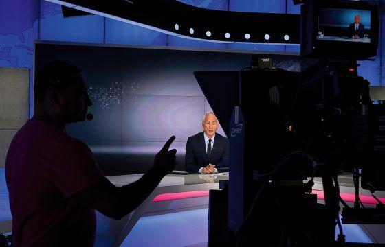 El periodista de origen mexicano Jorge Ramos, durante la grabación de un programa reciente en el plató de Univisión en Miami (Florida).