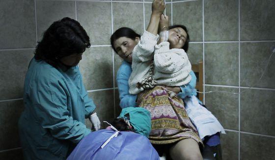 Las mujeres en Churcampa están acompañadas por matronas durante sus partos verticales