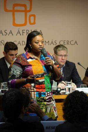 Natacha Kunama se dirige a los asistentes.