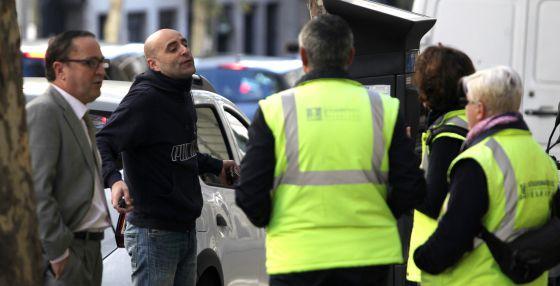 Dos personas discuten con varios vigilantes de la zona SER en la calle José Abascal.