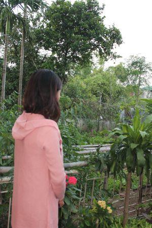 Tras dos años en China, Thuy ha conseguido rehacer su vida. Trabaja en un hotel en Hanoi y está prometida.