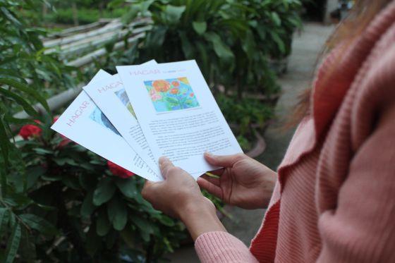 Thuy sostiene en sus manos las historias de otras jóvenes vietnamitas que como ella han sido víctimas del tráfico humano.