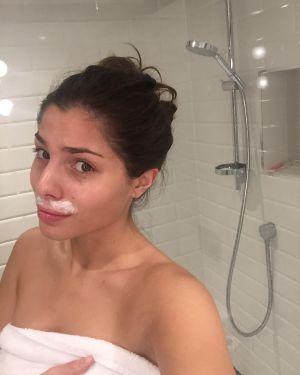 La modelo de Instagram Stina Sanders depilándose el vello facial