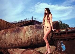 Modelos desnudos contra la tiranía de los capos de la moda