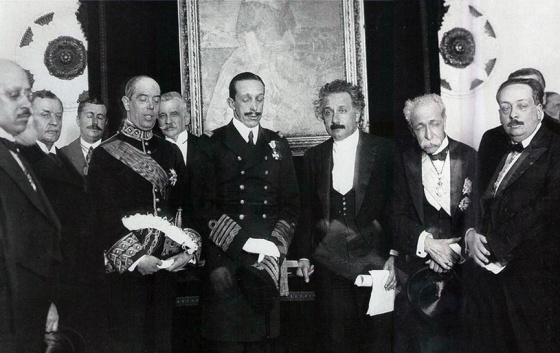 En el centro, el rey Alfonso XIII, con los ojos cerrados, y Albert Einstein