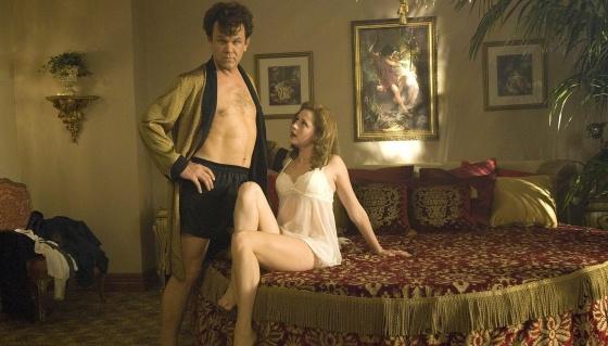 John C. Reilly se cree muy seguro. Pero Jenna Fischer tiene sus pegas. La película se llama 'Dewey Cox: una vida larga y dura' (2007).