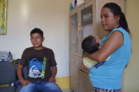 Esli Kantuash y Amanda Ugkush, ambos afectados por el VIH, con su hijo de dos meses.