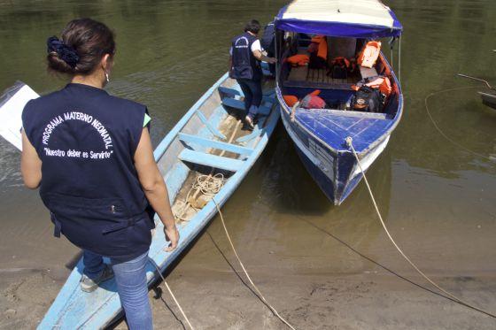 Trabajadores de la red de salud de Condorcanqui abordando una lancha en el río Cenepa.