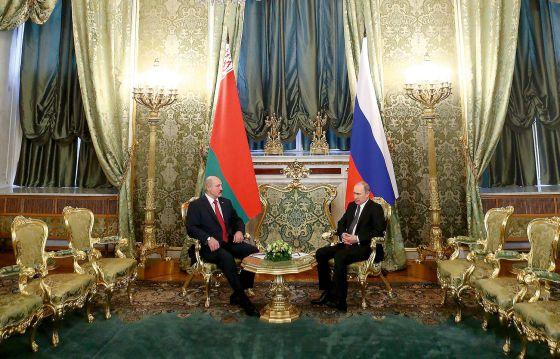 El líder ruso Vladímir Putin y el presidente de Bielorrusia. Ambos han ninguneado el trabajo literario de Svetlana Alexiévich. De ellos habla en esta entrevista.