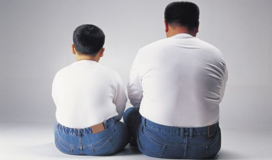 Un padre y un hijo con sobrepeso