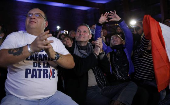 Simpatizantes del Frente Nacional reunidos en Henin-Beaumont (norte de Francia), durante el anuncio de los buenos resultados de su partido en las elecciones regionales.