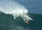 Los mejores surfistas compiten en las olas gigantes de Hawaii