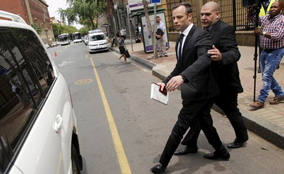 Oscar Pistorius abandonando la corte de Pretoria.