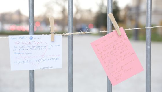 Cartas a la madre Tierra escritas por ciudadanos en la entrada del Petit Palais de París.