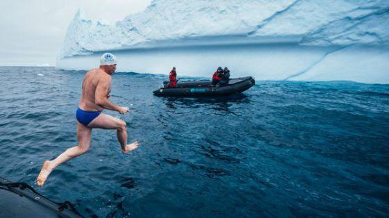 Lewis Pugh, saltando al mar en la Antártida.