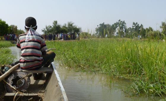 Un chico conduce una canoa hacia la isla M'Bida, situada en medio del río Níger.