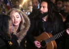 Madonna canta nas ruas de Paris
