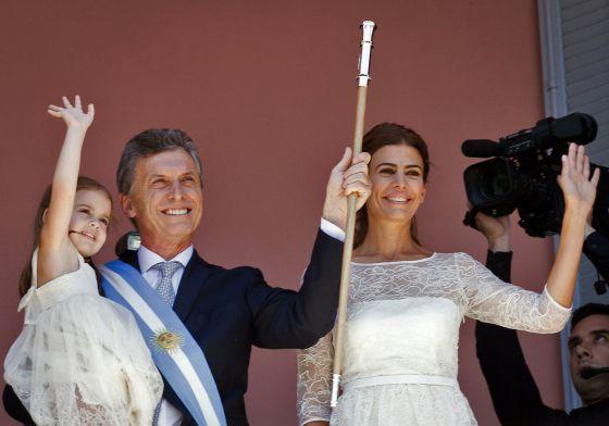 Mauricio Macri, junto a su esposa Juliana Awada y con su hija Antonia en brazos, ayer en el balcón de la Casa Rosada.