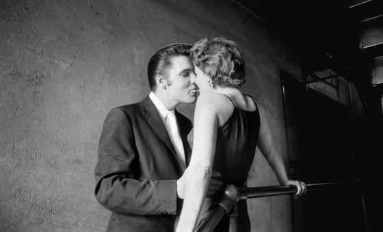 \'El beso\' , de Alfred Wertheimer, en la que Elvis Presley besa a una fan, en 1956