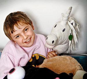Jaime tiene nueve años. Sus padres descubrieron que era autista cuando cumplió dos. Le gustan especialmente la música y los peluches.