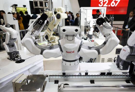 Los robots de la firma Nachi, durante una exhibición en una exposición internacional celebrada en Japón a principios de diciembre.