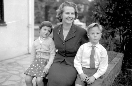 Margaret Thatcher, entre sus hijos gemelos Carol y Mark en 1959.