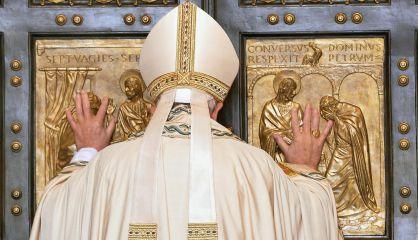El papa Francisco abre la Puerta Santa, en el Vaticano.