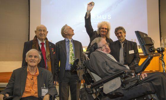 De izquierda a derecha, Harold Kroto, Alexi Leonov, Richard Dawkins, Brian May, Garik Israelian y Stephen Hawking, en la presentación de la medalla Starmus, hoy en Londres.