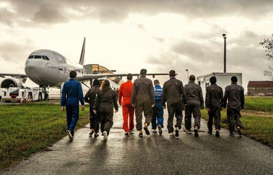 Los miembros del equipo Júpiter se dirigen al avión Airbus 310 con el que efectuarán un vuelo de gravedad cero.