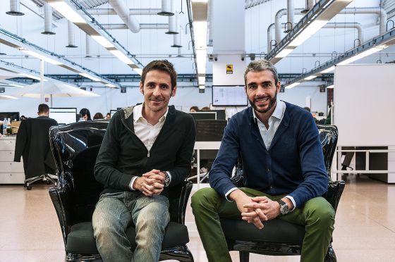 Los dos fundadores de Privalia, Lucas Carné y José Manuel Villanueva, en la sede de su compañía en Barcelona.