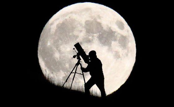 Un astrónomo por delante de la superluna en Brighton, Inglaterra.
