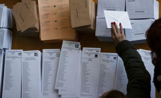 Papeletas electorales en un colegio de Madrid.