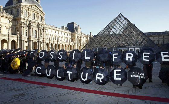 Activistas protestan frente al museo del Louvre en París para pedir qeu el museo cancele sus acuerdos de colaboración con petroleras el pasado 9 de diciembre.