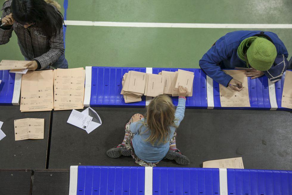 Fotos elecciones generales 2015 la jornada electoral - Polideportivo manzanares el real ...