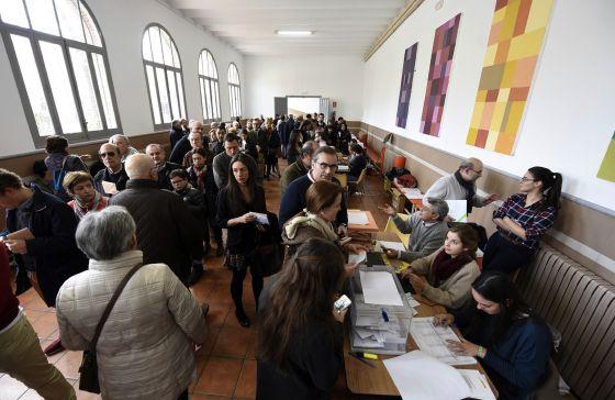 Votantes en un colegio electoral de Madrid.