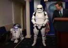 R2D2 y dos soldados imperiales escoltan en la Casa Blanca