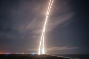 Fotografía de larga exposición en la que se aprecia, en el cielo nocturno de Florida, la doble traza del cohete Falcon9: la de ascenso y la de regreso controlado, diez minutos más tarde, de la primera etapa del lanzador.