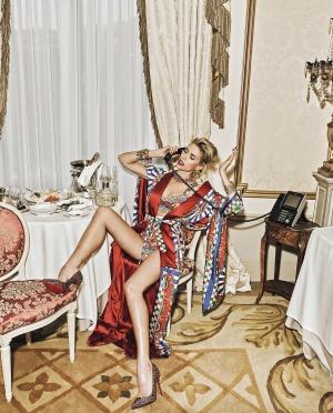Judit viste kimono Dolce & Gabbana, zapatos Christian Louboutin, pendientes y muñequeras Blow, esclavas Dolce & Gabbana y gargantilla Aristocrazy.