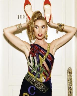 Vestido Versace, zapatos Christian Louboutin y pendientes Blow. En la mano izq., esclava Bimba y Lola y brazalete Blow. En la derch., esclava Aristocrazy, brazalete Blow y pulsera Dolce & Gabbana. Los anillos son Tous.