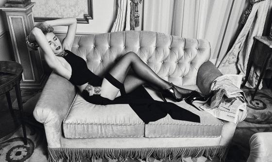 Vestido Versus Versace para Jean Pierre Bua y zapatos Alessandro Dell'Acqua para Blow. Pendientes, collares y pulseras Aristocrazy. Pulsera Blow y anillos Rabat.