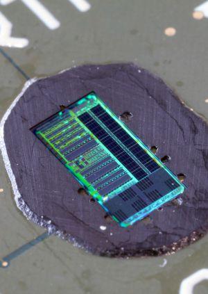 El chip fotónico fue impreso en una cadena convencional de microchips electrónicos de silicio.