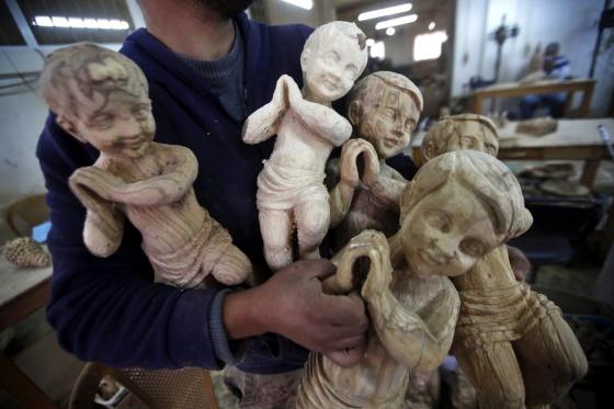 Figuras cristianas en un taller en Belén, Palestina