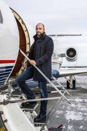 Gerard López, en la escalerilla de su avión