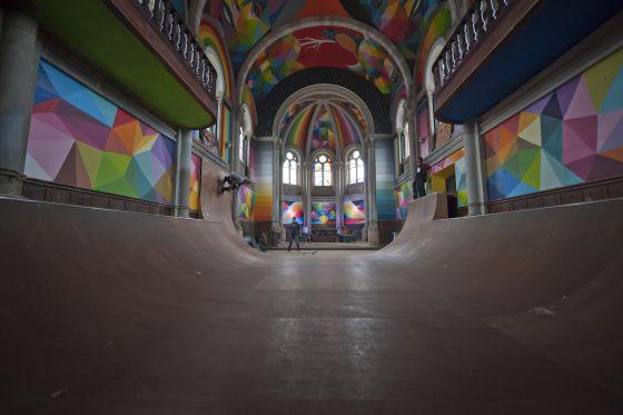 La pista de skate, reinando en el suelo de la iglesia.