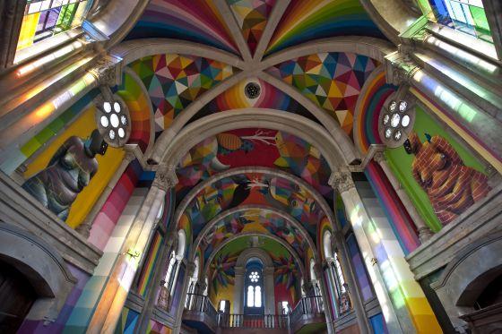 Una panorámica general de la obra del artista cántabro en la iglesia de Santa Bárbara.