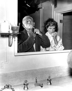Katharine Hepburn observa si Spencer Tracy se ha leído bien nuestro artículo. La película es 'Adivina quién viene esta noche' (1967).