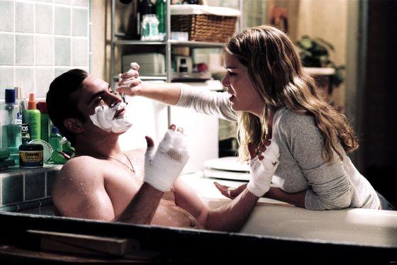 Tienes que confiar mucho en alguien (o las manos inutilizadas) para dejar que te afeiten. Jacinda Barrett lo hace con Joaquin Phoenix en 'Brigada 49' (2004).